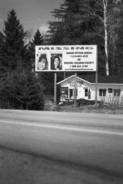 À l'entrée du village en provenance d'Ottawa, les portraits de Shannon et Maisy, portées disparues depuis 2008